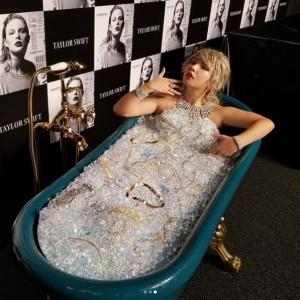 テイラー・スウィフト風の姿で宝石風呂に入る野呂佳代(画像は『野呂佳代 2017年11月10日付Instagram「本日は 肥後さん上島さんと共に寺門さん不在だったので 新生ダチョウ倶楽部としてテイラースイフトさんのニューアルバム宣伝をやらせていただきました」』のスクリーンショット)
