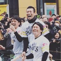 """【エンタがビタミン♪】""""ホークス優勝パレード2017""""で選手たち大ウケ 原口あきまさ、まさかのアピール"""