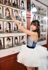 AKB48劇場の肖像写真を外す島田晴香(画像は『Haruka Shimada 島田晴香 2017年11月15日付Instagram』のスクリーンショット)