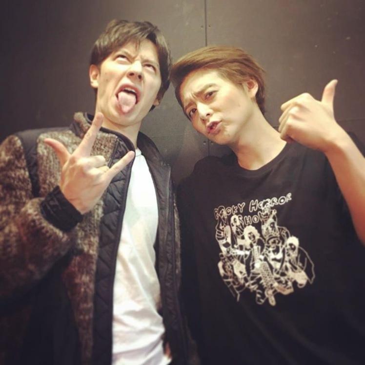 ウエンツ瑛士と小池徹平(画像は『Teppei Koike 2017年11月12日付Instagram「観に来てくれたよ。」』のスクリーンショット)