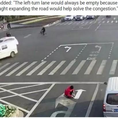 【海外発!Breaking News】バス通勤時の渋滞に我慢ならず 道路標示を塗り替えた男(中国)<動画あり>