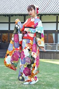 梅と雪輪をモチーフに鮮やかな赤と細やかな色遣いが個性的な振袖がお気に入りの藤田ニコル