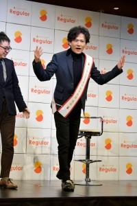 「どうですか、カメラのオジサマ方!」沢山のフラッシュを浴びながらボーズを決める 稲垣吾郎