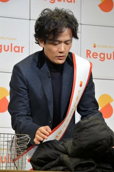 段ボールに入れる洋服を真剣に畳む 稲垣吾郎