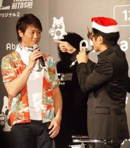 プレゼントされたベビー用品のよだれかけを着けてみた永井大