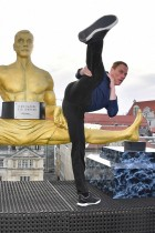 【イタすぎるセレブ達】ミュンヘンに建てられたジャン=クロード・ヴァン・ダム像 股間がビミョー!?