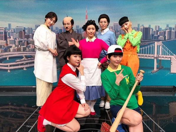 """AKB48が扮した""""サザエさん""""一家(画像は『Yuki Kashiwagi 2017年12月13日付Instagram「FNS歌謡祭 サザエさん一家」』のスクリーンショット)"""