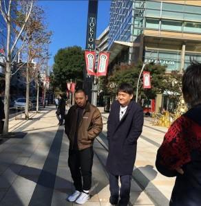 寒風のなかロケを行う千鳥(画像は『千鳥スタッフ【公式】 2017年12月10日付Instagram「明日12/11(月)深夜25:56~は、先週に引き続きテレビ朝日「千鳥の東京路地裏大クセ探訪」です」』のスクリーンショット)