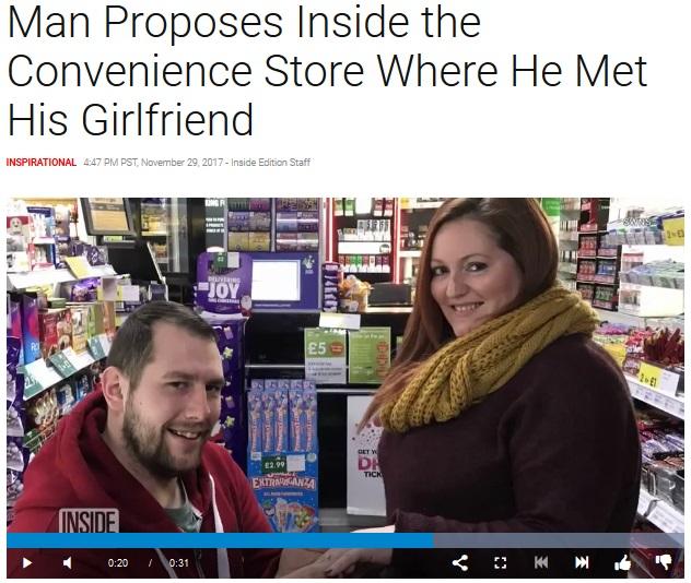 ロマンチックな瞬間が防犯カメラに!(画像は『Inside Edition 2017年11月29日付「Man Proposes Inside the Convenience Store Where He Met His Girlfriend」』のスクリーンショット)