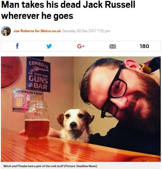 4年前に亡くした愛犬を剥製にした飼い主(画像は『Metro 2017年12月30日付「Man takes his dead Jack Russell wherever he goes」(Picture: Deadline News)』のスクリーンショット)