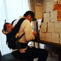 【エンタがビタミン♪】ライセンス藤原、娘をおんぶして大量にサインを書く日々 「無理しないで」とファン