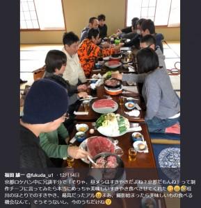 京都ですき焼きを堪能する『銀魂』ロケハン隊(画像は『福田雄一 2017年12月14日付Twitter「京都ロケハン中に冗談半分で「そりゃ、昼メシはすきやきだよね?京都だもんね」って制作チーフに言ってみたら本当にめっちゃ美味しいすきやき食べさせてくれた」』のスクリーンショット)