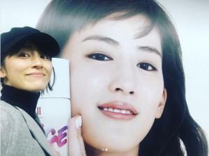 """福田彩乃と""""綾瀬はるか""""のポスター(画像は『福田彩乃 2017年11月30日付Instagram「綺麗です。」』のスクリーンショット)"""
