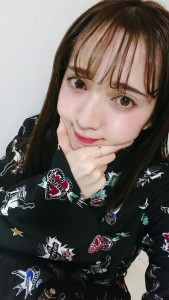「ぶにゅポーズ×赤リップ」を紹介する平木愛美
