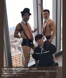 """来日した""""ホットセクシーズ""""と共演する""""六角精児""""(画像は『インポッシブル蛭川 2017年12月8日付Twitter「今日、ホットセクシーズがミュージャックのロケのために来日したらしいよ!!」』のスクリーンショット)"""