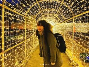スペースワールドでイルミネーションを楽しむ豊永阿紀(画像は『豊永阿紀 2017年12月30日付Instagram「スペースワールドに行ってきました!!!」』のスクリーンショット)