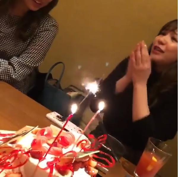 サプライズケーキに感激する河西智美(画像は『tomomi kasai 2017年12月24日付Instagram「久しぶりに2期でごはん 2期魂のあすかも」』のスクリーンショット)