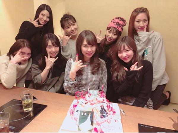 AKB48初代チームKの倉持、野呂、小林、松原、秋元、増田、佐藤、河西(画像は『tomomi kasai 2017年12月24日付Instagram「久しぶりに2期でごはん 2期魂のあすかも」』のスクリーンショット)