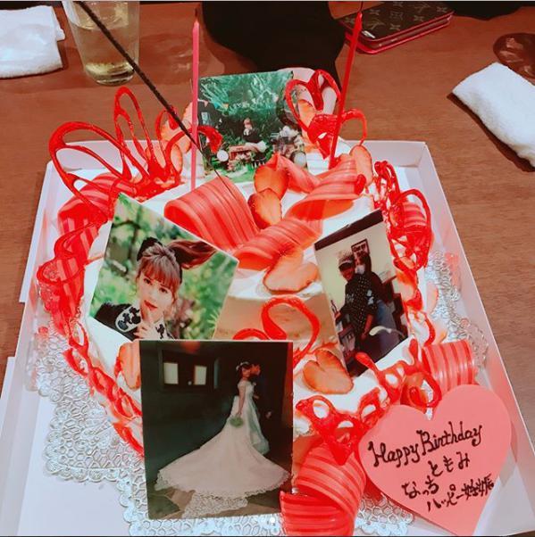 河西智美と佐藤夏樹を祝福するケーキ(画像は『tomomi kasai 2017年12月24日付Instagram「久しぶりに2期でごはん 2期魂のあすかも」』のスクリーンショット)
