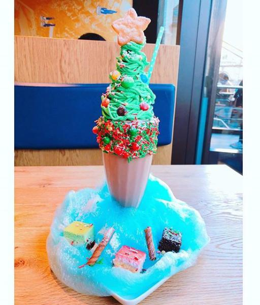 UMAMI BURGER青山店のクリスマスシェイク(画像は『Yuki Kashiwagi 2017年12月25日付Instagram「クリスマス これはインスタ映えですか?」』のスクリーンショット)