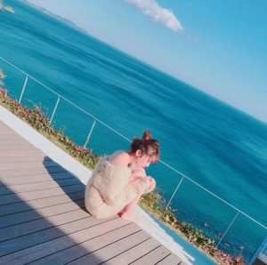 青い海をバックにしながら寒そうなおのののか(画像は『おのののか 2017年12月19日付Instagram「どーこだ?」』のスクリーンショット)