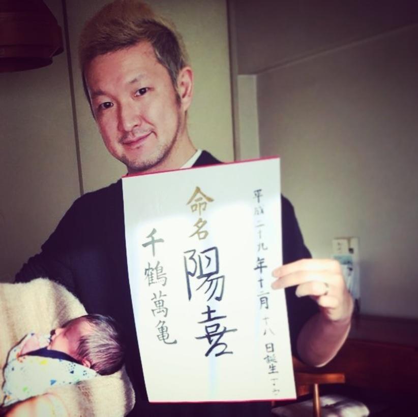 陽喜くんと中村獅童(画像は『Shido Nakamura 2017年12月27日付Instagram「昨日命名書に名前を書きました」』のスクリーンショット)