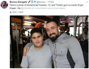 ムハンマド君と「オリンピア・スポーツセンター」のメンバー(画像は『Borzou Daragahi 2018年1月9日付Twitter「Here's a photo of Muhammad Hussein, 12, and Turkish gym co-owner Engin Dogan.」』のスクリーンショット)