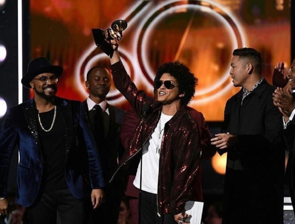 ブルーノも感激!(画像は『Bruno Mars 2018年1月29日付Instagram「Unreal!! I love you all!!!」』のスクリーンショット)