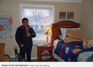ついに自分の部屋とベッドを持つ夢が叶ったデイヤーズ君(画像は『Mirror 2018年1月11日付「Homeless boy who has 'only ever wanted' a bed has amazing reaction when he's given his own fully-furnished room」(Image: Caters News Agency)』のスクリーンショット)