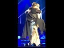 【イタすぎるセレブ達】セリーヌ・ディオンのステージに酔った女が乱入 抱きついて離れず