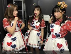 左端が冨吉明日香(画像は『HKT48 2018年1月23日付Twitter「最終ベルが鳴る公演千秋楽!」』のスクリーンショット)