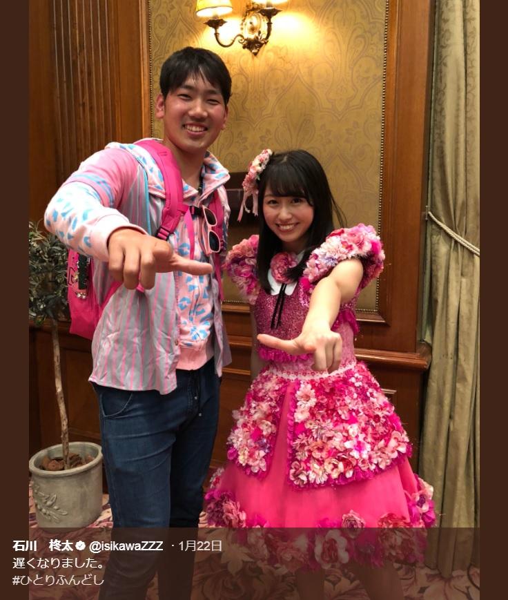 石川柊太投手と佐々木彩夏(画像は『石川柊太 2018年1月22日付Twitter「遅くなりました。」』のスクリーンショット)