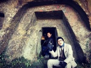 古墳を巡る井浦新(画像は『井浦新 2017年12月27日付Instagram「大コーフンの古墳巡り」』のスクリーンショット)