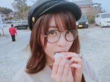 """【エンタがビタミン♪】AKB48中西智代梨 """"梅ヶ枝餅""""をパクつくめがね姿に「可愛すぎるだろっ」"""