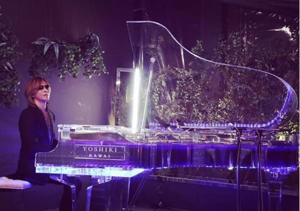 『ダウンタウンなう』でピアノ演奏を披露したYOSHIKI(画像は『Yoshiki 2018年1月12日付Instagram「Yes, this show will air in 30 min!」』のスクリーンショット)