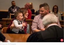 【海外発!Breaking News】養子縁組が成立した法廷で、1歳男児「パパ!」と笑顔で呼びかける(米)