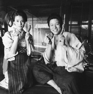 【エンタがビタミン♪】『西郷どん』で須賀役を好演 橋本愛が鈴木亮平と「指ハート」