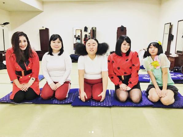 女芸人5ショット「笑顔バージョン」(画像は『平野ノラ 2018年2月11日付Instagram「今日のやっP~!」』のスクリーンショット)