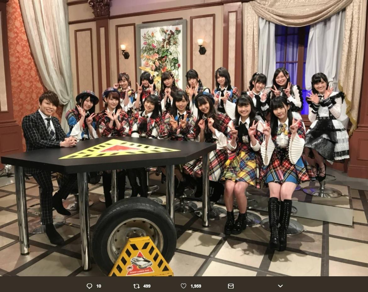 西川貴教とAKB48グループメンバー(画像は『HKT48 2018年2月20日付Twitter「「西川貴教の僕らの音楽」CSフジテレビNEXT AKB48、HKT48で収録!」』のスクリーンショット)
