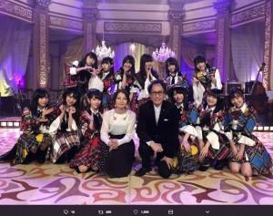 AKB48とコラボした武部聡志・加藤いづみ(画像は『HKT48 2018年2月20日付Twitter「「西川貴教の僕らの音楽」CSフジテレビNEXT AKB48、HKT48で収録!」』のスクリーンショット)