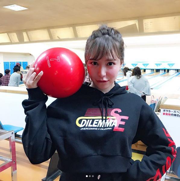 河西智美のボウリングコーデ(画像は『tomomi kasai 2018年1月30日付Instagram「ボーリング上手い女の子をイメージしてコーデしました」』のスクリーンショット)