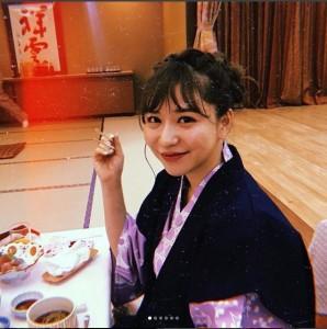 浴衣姿で宴会を楽しむ河西智美(画像は『tomomi kasai 2018年2月1日付Instagram「世界で1番イケてる人達とごはん食べたよ」』のスクリーンショット)