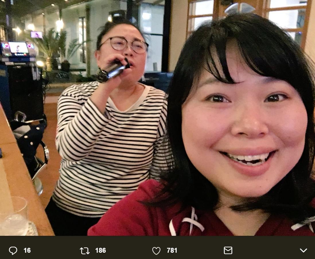 カラオケを楽しむニッチェの2人(画像は『ニッチェ近藤くみこ 2018年2月16日付Twitter「熊本県人吉市にて」』のスクリーンショット)