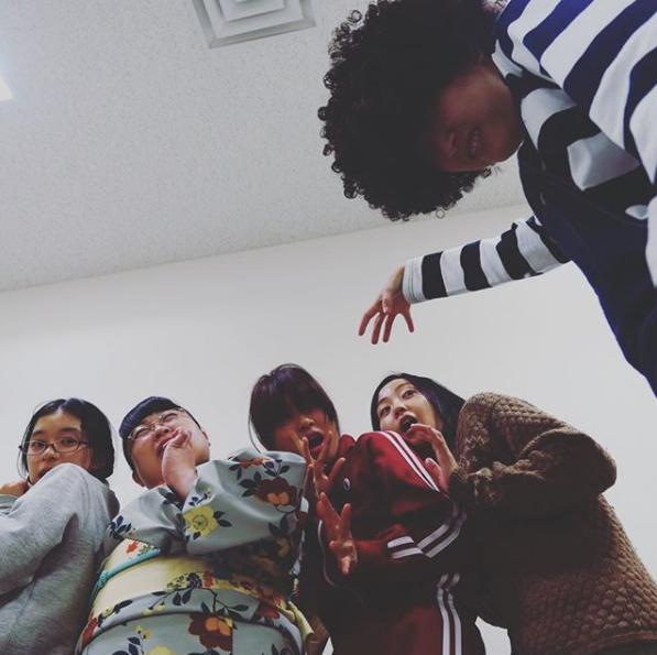 『海月姫』でばんば役の松井玲奈:右(画像は『松井玲奈 2018年1月22日付Instagram「『海月姫』第2話ご視聴ありがとうございました。」』のスクリーンショット)