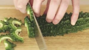 宮崎の味の濃い野菜を切る