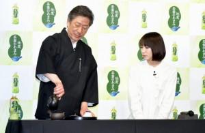 「上林春松本店」の代表・上林秀敏氏からお茶のおもてなしを受ける吉岡里帆
