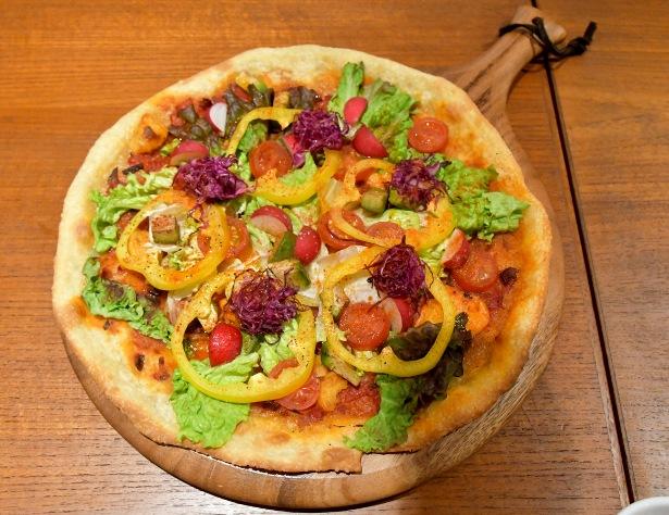 彩りが美しく身体に優しい自家製生地のピザ ASICS CONNECTION TOKYO『VEGAN CAFÉ』のメニューから