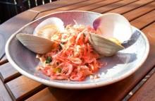 桜色パスタと巨大魚介類のスープに悶絶 素材のうまみが春を呼ぶ<動画あり>