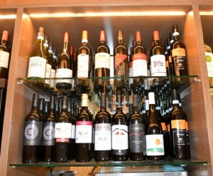 店内には南イタリアワインがズラリと並ぶ GEMS茅場町「bon pesce」