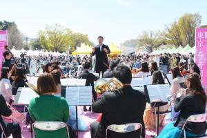 指揮者の奥村伸樹氏によるロッシーニの『ウィリアム・テル序曲』の演奏